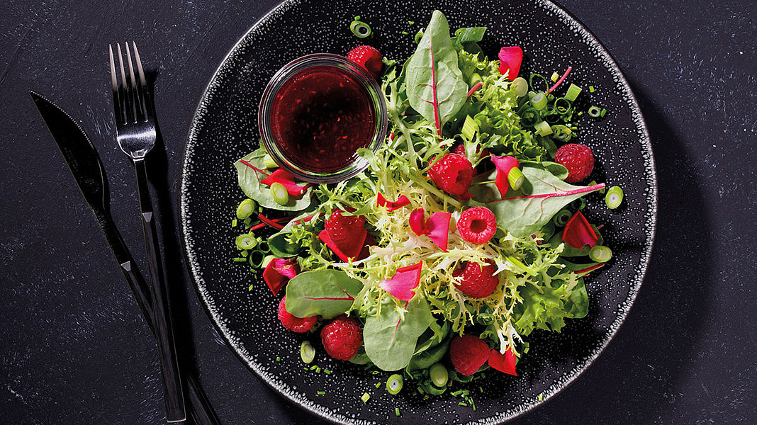 Feine Blattsalate mit Himbeer-Dressing